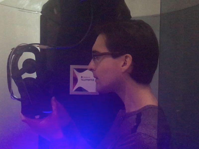 Enri, a punto de ponerse las Oculus Rift